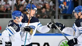 Patrik Laine (uprostřed) nasbíral v obou zápasech Finů na MS 3 body.