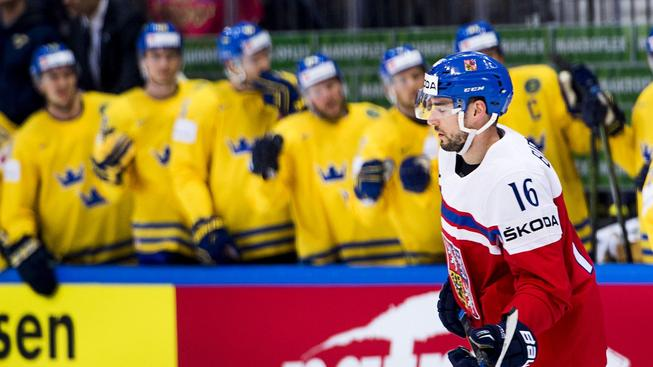 Michal Birner projíždí kolem švédské střídačky, jíž rozesmutnil během večera několikrát