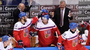 I jinak klidného kouče Vladimíra Vůjtka (vpravo) strhla síla momentu při obratu jeho svěřenců se Švédy