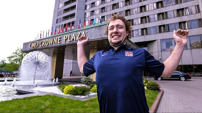 Jan Kovář se protahuje před moskevským hotelem Crowne Plaza, kde je reprezentace během MS ubytovaná