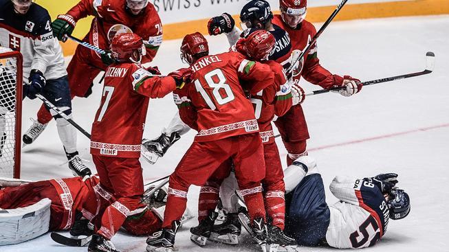 Slovenský útočník Andrej Šťastný na lopatkách – výmluvný obrázek ze zápasu s Bělorusy