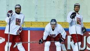 Tomáš Plekanec, David Pastrňák a Roman Červenka (zleva). Elitní útok se dnes chystal na brzkou šichtu