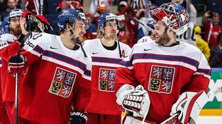 Úsměvy na tvářích Jana Kováře (vlevo) a Pavla Francouze po vítězství nad Švýcary