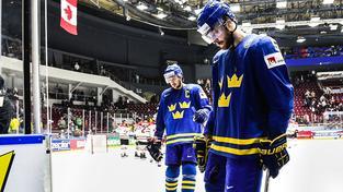 Zdrcení Švédové opouštějí led, za nimi slaví Kanaďané