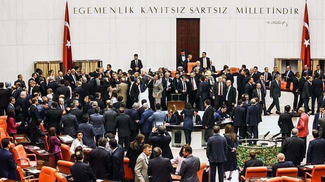 Hlasování o změně ústavy doprovázely rozepře mezi vládními a opozičními poslanci