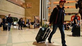 Zklamaný brankář Dominik Furch na cestě z hotelu během dnešního odjezdu reprezentace z Moskvy