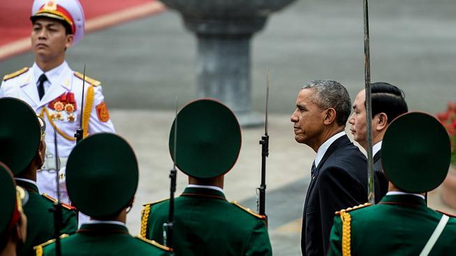 Americký prezident Barack Obama dorazil do Vietnamu a slíbil zrušení embarga na prodej zbraní