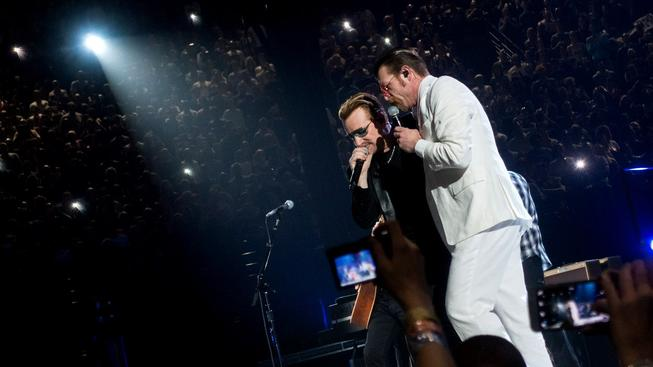 Jesse Hughes z Eagles of Death Metal (vpravo) a Bono z U2