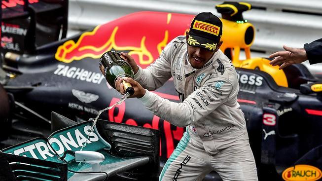 Úřadující světový šampion Lewis Hamilton slaví své první letošní vítězství