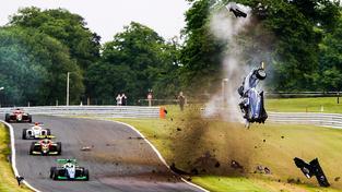 Závody formule 3 v Oulton Parku poznamenala děsivá nehoda