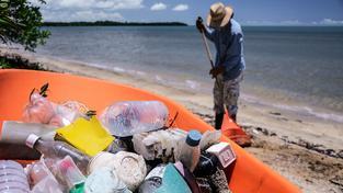 Oceány jsou plastů plné. Je nejen na plážích a na dně, ale i na hladině (ilustrační snímek)