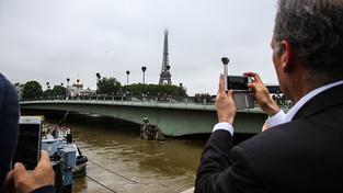 Socha vojáka u mostu Pont de l'Alma, podle které Pařížané tradičně kontrolují hladinu řeky