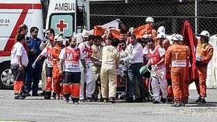 Záchranáři při evakuaci Luise Saloma