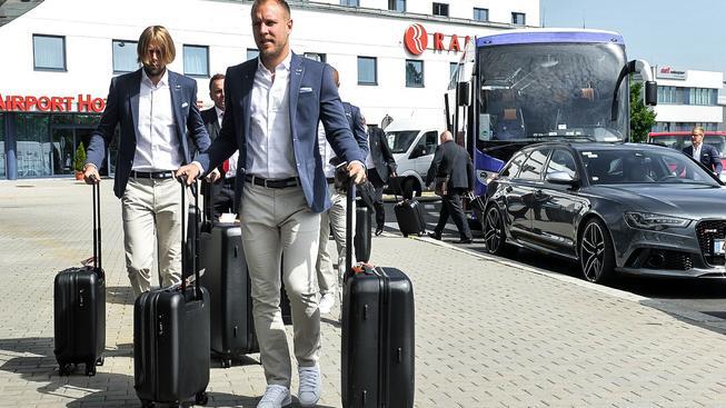 Daniel Kolář (v popředí) a Jaroslav Plašil na pražské Ruzyni při dnešním odletu