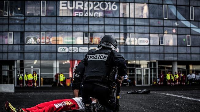 Francouzští policisté během cvičení před stadionem v Lyonu