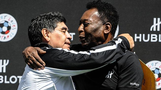 Diego Maradona (vlevo) v objetí s Pelém
