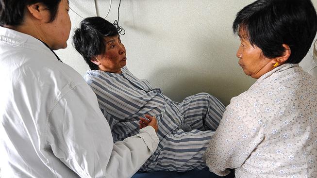 Šedesátiletá čínská matka při porodu. Ilustrační snímek