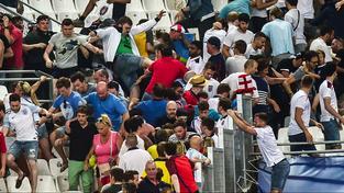 Ruští fanoušci (vlevo) pronikli do sektoru těch anglických. Tam však byli vesměs běžní příznivci, jejich rowdies byli jinde...