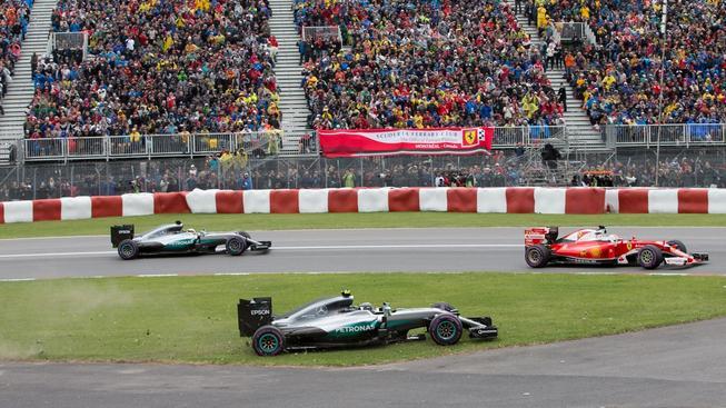 Sebastian Vettel na startu vyškolil oba piloty Mercedesu