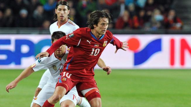 Tomáš Rosický uniká s míčem v dosud posledním vzájemném duelu se Španělskem v roce 2011 dvěma soupeřům, přihlíží Sergio Ramos