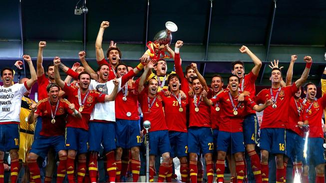 Španělé s trofejí z minulého Eura