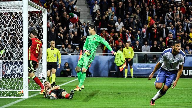 Belgický favorit na kolenou. Graziano Pellé (vpravo) mu právě vstřelil gól na 0:2
