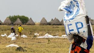 Súdánka s pytlem čiroku od Světového potravinového programu