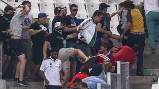 Ruští fanoušci v sobotu napadli pokojné anglické příznivce v jejich sektoru