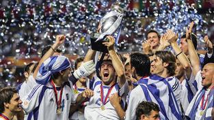 Řekové s trofejí pro mistry Evropy