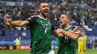 Gareth McAuley (vlevo) a Conor Washington v euforii po prvním gólu do ukrajinské sítě