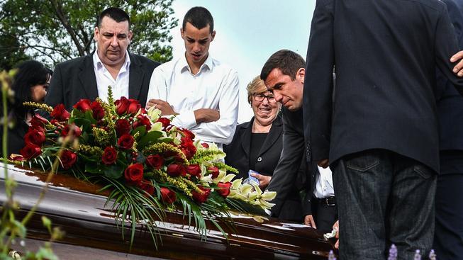 Dario Srna (vpavo) nad rakví svého otce na pondělním pohřbu