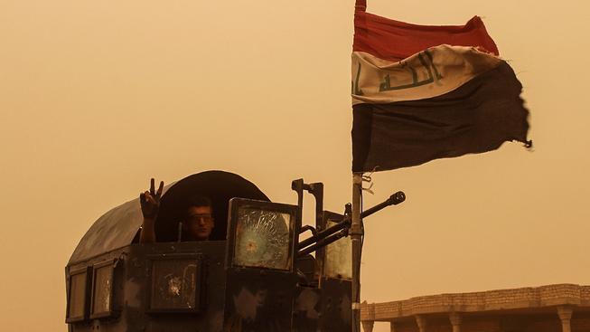Nad vládní budovou ve Fallúdže zaplála irácká vlajka. Ilustrační snímek