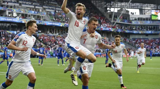 Česká euforie po gólu na 2:2: zleva Milan Škoda, Ladislav Krejčí a Tomáš Necid