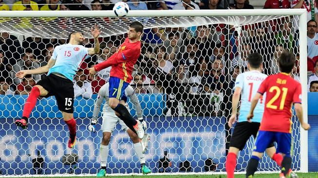Álvaro Morata střílí hlavou první gól do turecké sítě