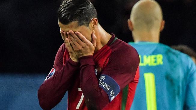 Ronaldo po neproměněné penaltě s hlavou v dlaních