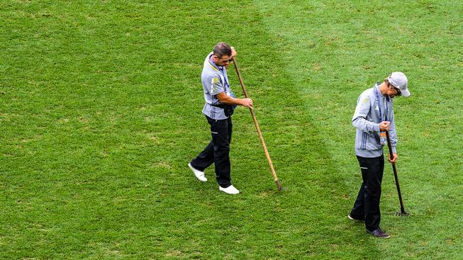 Péče o trávníky mezi zápasy bohužel nepomáhá plochu stoprocentně obnovit