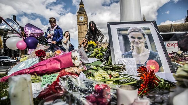 Pieta pro zavražděnou političku před budovou parlamentu v Londýně