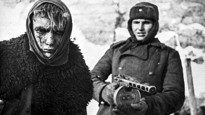 Zraněný Němec zajatý sovětským vojákem. Ilustrační snímek
