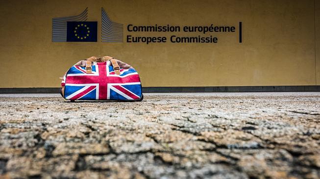 Britové si balí kufry. Zda skutečně nastoupí do pomyslného vlaku, který je odveze z EU, to se dozvíme nejpozději v pátek