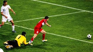 Nepěkná vzpomínka: Nihat v roce 2008 střílí gól na 2:2