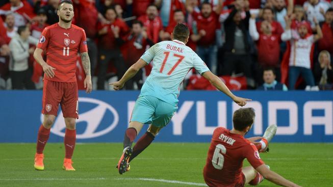 Burak Yilmaz slaví 1. gól v české síti, Daniel Pudil (vlevo) a Tomáš Sivok jsou pokořeni
