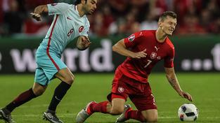 Tomáš Necid na kolenou... A s ním i celý český tým