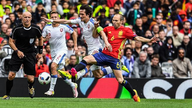 Tomáš Rosický (vlevo) byl jediným českým hráčem do pole z top klubu, Španělé složili z klíčových postav nejlepších týmů světa jako je Iniesta celou jedenáctku
