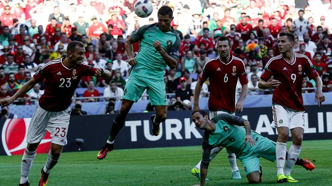 Cristiano Ronaldo střílí hlavou svůj 2. gól zápasu, jímž zachránil remízu 3:3 a tím i postup Porugalska