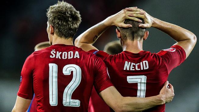 Milan Škoda a Tomáš Necid po utkání s Tureckem. Podle kouče Pavla Vrby se v něm setkali na hřišti příliš brzy
