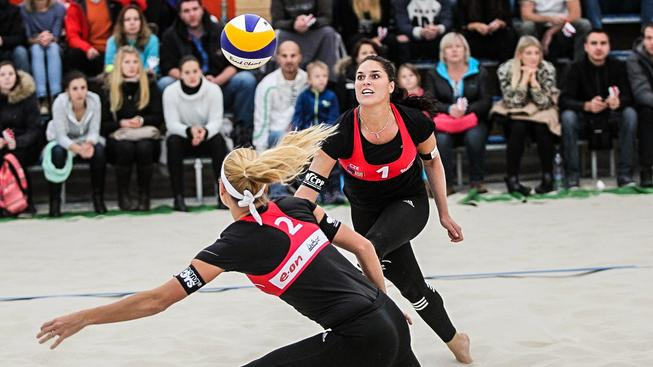 Beachvolejbalistky Markéta Sluková (vlevo) s Barborou Hermannovou si finále Kontinentálního poháru nezahrají, s Nizozemkami prohrály