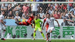 Xherdan Shaqiri ve vzduchu, míč za chvíli skončí v polské brance