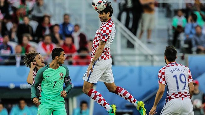 Vedran Čorluka hlavičkuje nad Cristianem Ronaldem