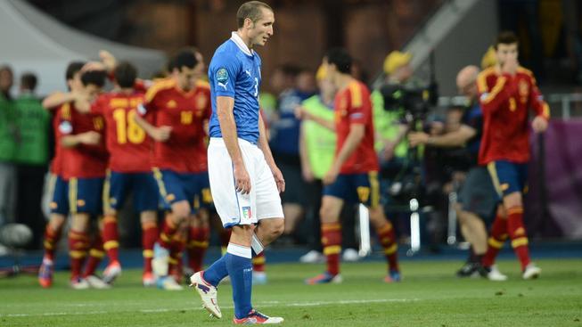 Ital Giorgio Chiellini ve finále minulého Eura v popředí španělské radosti