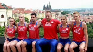 Čeští atleti předvedli dresy, ve kterých nastoupí na olympiádě v Riu. Zleva Nikola Bendová, Michaela Hrubá, Jan Kudlička, Tomáš Staněk, Tereza Vokálová a Filip Sasínek